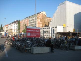 Nhà ga xe lửa München Hbf (DB Bahn), đầy xe đạp bên ngoài