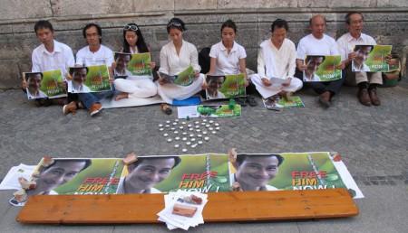 Nhóm 008 ủng hộ ngày tuyệt thực thứ 37 của Điếu Cày Nguyễn Văn Hải [Nguồn: FB Bùi Lộc, 1August2013]