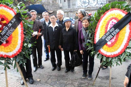 Đoàn đại diện Diễn Đàn Xã hội Dân sự viếng ông Nguyễn Kiến Giang