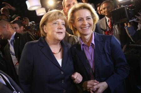 Bà Ursula von der Leyen (phải) - nữ bộ trưởng Quốc Phòng đầu tiên của Đức