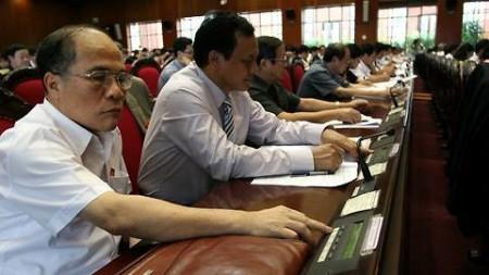 Đại biểu Quốc hội biểu quyết thông qua Hiến pháp vào ngày 28/11 vừa qua. Ảnh: TTXVN.