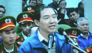 Dương Chí Dũng đọc thơ tại tòa. Ảnh Dân Trí