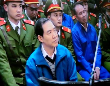 Dương Chí Dũng vẫn điềm nhiên trong suốt phiên tòa trong khi cựu Tổng GĐ Mai Văn Phúc (ghế sau) đã không kìm được nước mắt.