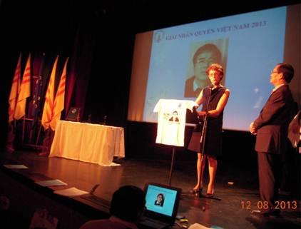 Bà LS Nathalie Muller-Saraillier đại diện Luật Sư Không Biên Giới – Pháp Quốc thay mặt cho LS Lê Quốc Quân nhận giải.