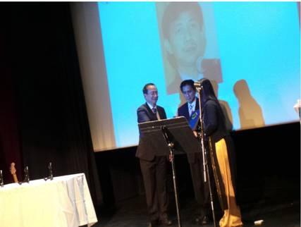 Ông Bùi Xuân Quang thay mặt Ban Tổ Chức trao giải cho Ông Trần Huỳnh Duy Thức qua tay hai người bạn chiến đấu của Ông là Ông Nguyễn Quốc Tuấn và cô Vương Quỳnh Như.