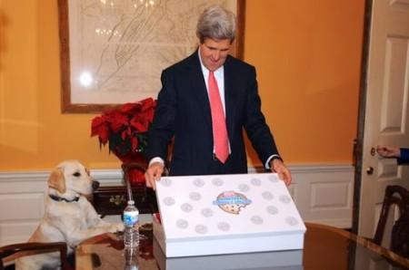 Chú chó Ben và ông Kerry đang mở quà SN 70. Ảnh: BNG HK