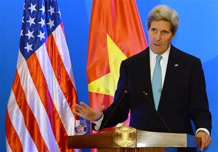 Hình (AP): Ngoại Trưởng Hoa Kỳ John Kerry tại buổi họp báo tại Hà Nội vào ngày 16-12-2013.