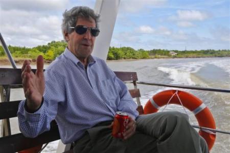 Ông Kerry đi thuyền trên sông Mekong. Ảnh Reuters