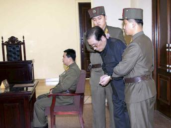 Ông Jang Song-Thaek bị lính áp giải ra trước toà án quân sự 12/12/2013 - REUTERS /Yonhap