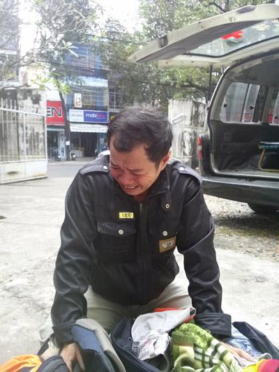 Ông Tu Ngọc Hoài, ba của nạn nhân Tu Ngọc Thạch vừa về đến Bệnh viện tỉnh Khánh Hòa chứng kiến mổ khám nghiêm tử thi con trai.