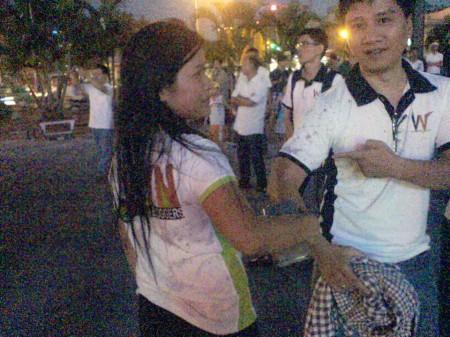 Mắm tôm được tạt đầy vào người những bạn trẻ đi vận động nhân quyền
