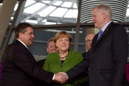 Chủ tịch Đảng CSU Horst Seehofer (phải), Chủ tịch Đảng SPD Sigma Gabriel (trái) và TT Angela Merkel sau khi các bên ký Thỏa thuận thành lập chính phủ liên hiệp. (Foto: AFP)