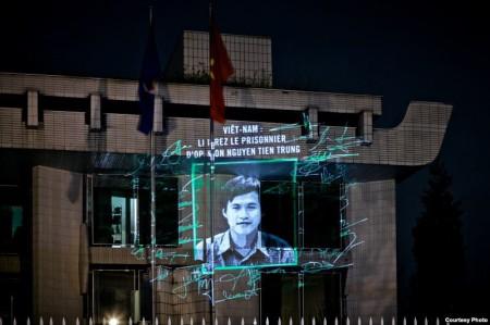Hình ảnh Nguyễn Tiến Trung được chiếu lên tòa đại sứ VN tại Paris nhân kỉ niệm Quốc tế Nhân Quyền 2013. Ảnh VOA
