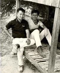 Nguyễn Tri Tông tại Củ Chi trước 1975 với nhà báo Zalin Grant