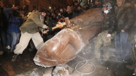 Người biểu tình kéo đổ tượng Vladimir Lenin trong trung tâm thủ đô Kyiv, Ukraina, hôm Chủ nhật 8/12/13. Cuộc biểu tình bước sang tuần thứ ba với khoảng 200.000 người tham gia