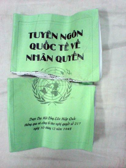 Tuyên ngôn quốc tế Nhân quyền bị công an giằng giất, xé rách