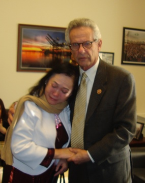 DB Alan Lowenthal an ủi Bà Trần Thị Ngọc Minh và hứa sẽ can thiệp cho Đỗ Thị Minh Hạnh