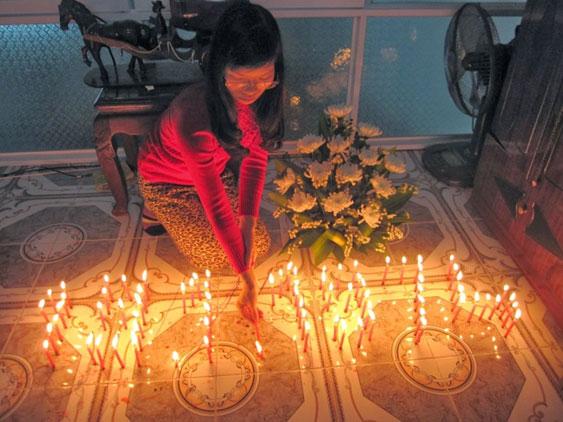 Tác giả thắp nến tưởng niệm 74 anh hùng hy sinh ngày 19.1.1974 tại Hoàng Sa.