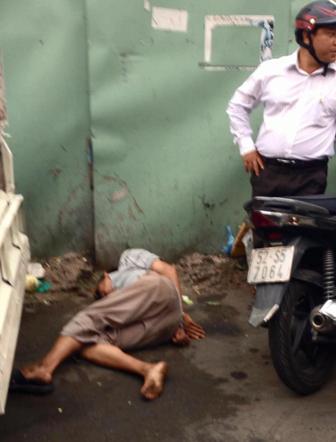 Người bán hàng rong bị dân phóng đánh đến ngất xỉu sau đó lại bị cho là say xỉn nên... lăn ra ngủ!?