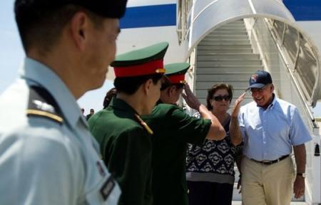 Bộ trưởng quốc phòng Mỹ Leon Panetta đến thăm cảng Cam Ranh, tháng 6/2012
