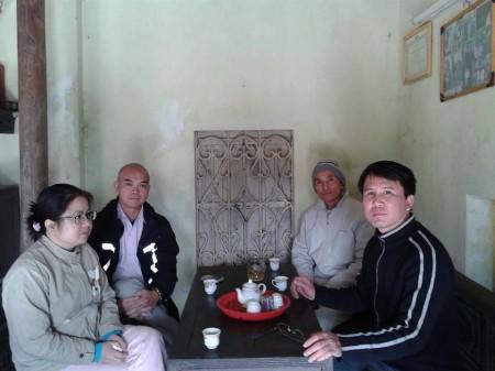 Lê Thị Công Nhân, ô. Huỳnh Ngọc Tuấn và một số bạn hữu tới thăm ông Trội