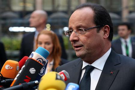 Hollande bị báo giới quây sau xì-căng-đan