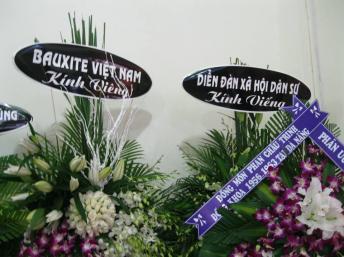 Các vòng hoa viếng luật gia Lê Hiếu Đằng trước khi bị giựt mất băng-rôn. blog Huỳnh Ngọc Chênh