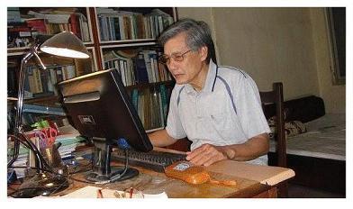 Tác giả Mạc Văn Trang. Ảnh chụp ở nhà riêng