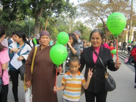 Người dân nhận bóng bay Nhân Quyền và tuyên ngôn