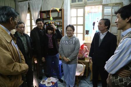 Thăm gia đình Lê Thị Công Nhân. Ảnh Lân Thắng