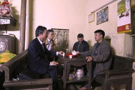 Thăm gia đình ông Phạm Văn Trội. Ảnh NLT