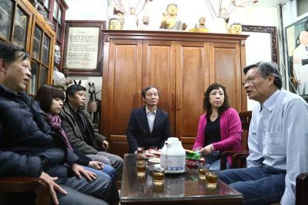 Thăm nhà chị Dương Hà (tác giả Nguyễn Quang A- ngoài cùng, bên phải). Ảnh Lân Thắng.
