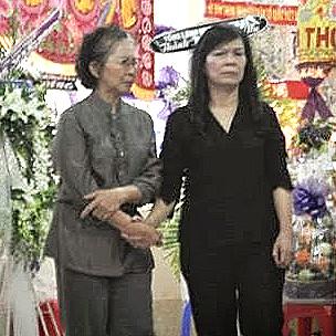 Phu nhân Chủ tịch nước Trương Tấn Sang, bà Mai Thị Hạnh (phải), chia buồn với tang quyến.