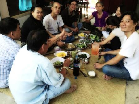 Bà Kim Liên (áo tím) ngồi giữa cùng những bạn bè của Uy - Kha. Ảnh Facebook Hành Nhân