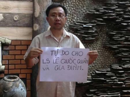 Ông Nguyễn Bắc Truyển với tấm biển đòi tự do cho LS Quân