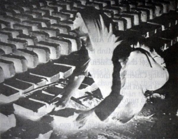 Chị Hằng với hình ảnh âm bản trong phim Chuyện tử tế của đạo diễn Trần Văn Thủy - Ảnh: L.Đ.Dục chụp lại