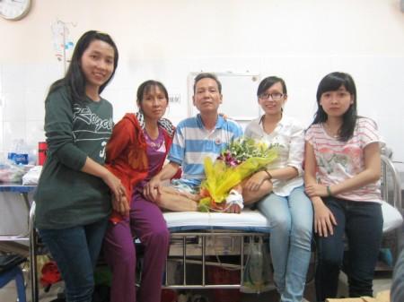 Thầy giáo Định cùng gia đình. Ảnh do gia đình cung cấp