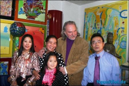 Từ trái sang phải: chị Lê Hoài Phương, Chị Phạm Như Anh, anh Klaus-bạn trai của chị Phạm Như Anh, Tổng biên tập Lương Đình Cường.Cháu gái đứng với chị Phạm Như Anh tôi không rõ tên.