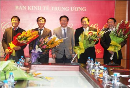 Trưởng ban Kinh tế Trung ương Vương Đình Huệ chúc mừng các Phó Trưởng ban. Ảnh và chú thích: Dân Trí.