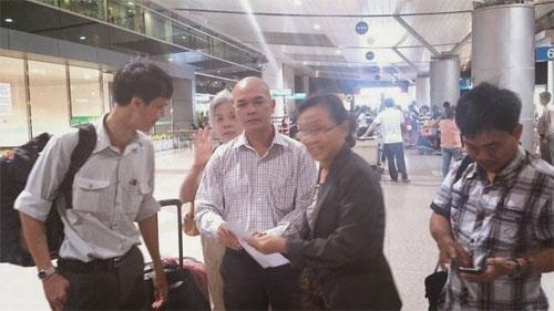 TS Phạm Chí Dũng và người thân tại phi trường.