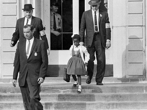 Em Ruby Bridges, 6 tuổi, vào học lớp một năm 1960 dưới sự bảo vệ của cảnh sát liên bang Mỹ (Ảnh: Internet)