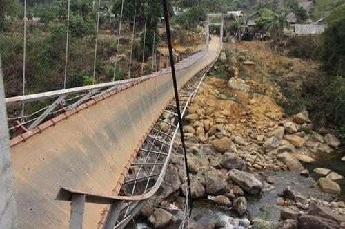 Cây cầu treo tại Lai Châu bất ngờ sập làm 7 người chết và 33 người bị thương. Ảnh: 24hr.com.vn