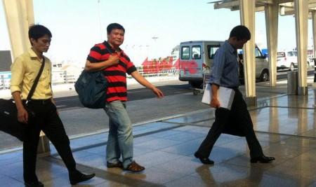Nhà báo-Blogger Trương Duy Nhất bị di lý ra Hà Nội hôm 26/5/2013, sau khi bị bắt (Ảnh từ BBC)