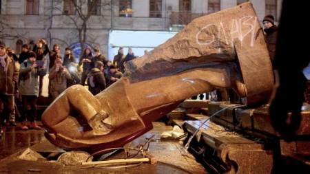 Tượng Lenin ở Ukraine bị kéo đổ. Ảnh: internet