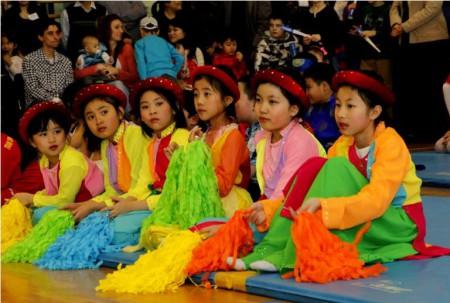 Các bé Việt Nam trong Tết ở Raszyn. Ảnh FB Nguyễn Minh Thành