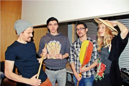 Các thành viên ban nhạc. Ảnh Andrian Rux