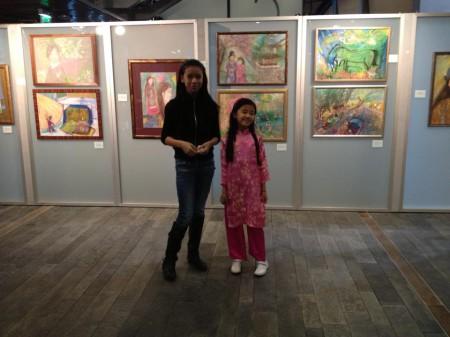 Hai tác giả nhí Nhật Linh và Lan Vy đứng trước các tác phẩm triển lãm. Ảnh Thái Linh