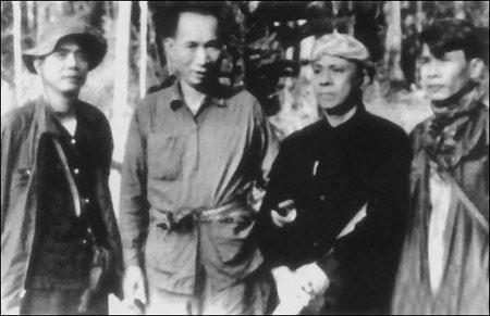 """Từ trái sang phải: Nguyễn Văn Linh, Phạm Văn Xô, Phạm Thái Bường (Ba Bường), và Võ Văn Kiệt thời kỳ chiến tranh """"giải phóng miền Nam"""" Việt Nam. Ảnh VNN"""