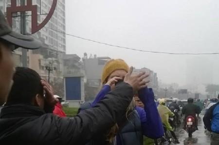 Một người lấy tay che ống kính phóng viên nước ngoài
