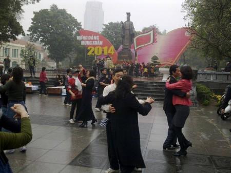 Nhảy múa trước tượng đài Lý Thái Tổ để ngăn cản buổi tưởng niệm. Ảnh FB 16/2/2014